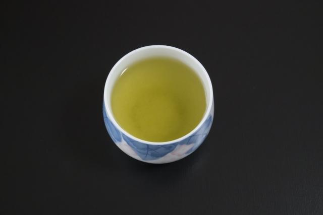 湯のみに入った緑茶